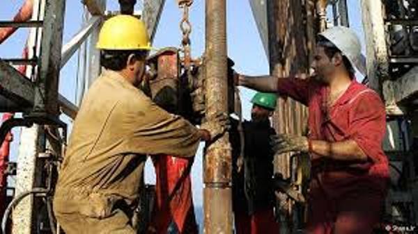 هبوط البنزين ومؤشرات انتعاش إنتاج النفط الصخري الأمريكي تهبط بالخام 1%