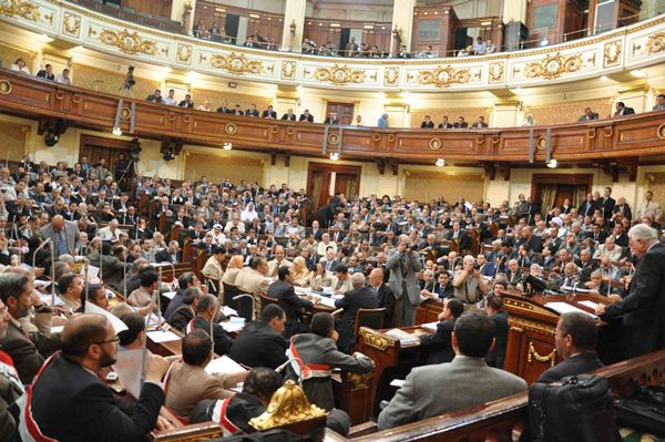 البرلمان يتحرك لحل أزمة حرمان العاملين بالكهرباء من العلاوة الاستثنائية