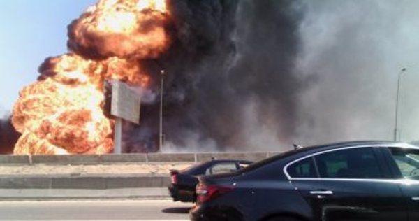 بالصور .. انفجار خط غاز التجمع الخامس واشتعال النيران وتوقف حركة السيارات