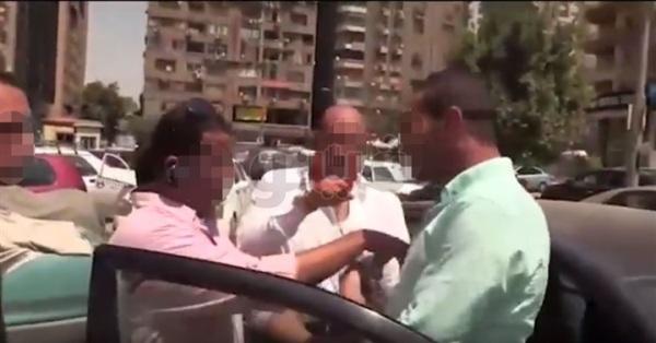لحظة القبض على مسئول بشركة بترول أثناء تقاضي رشوة بمدينة نصر