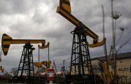 أسعار النفط تتراجع مع ارتفاع مخزونات الخام الأمريكية