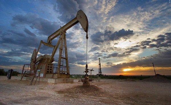 استقرار النفط مع ارتفاع الإمدادات وضعف آفاق الطلب