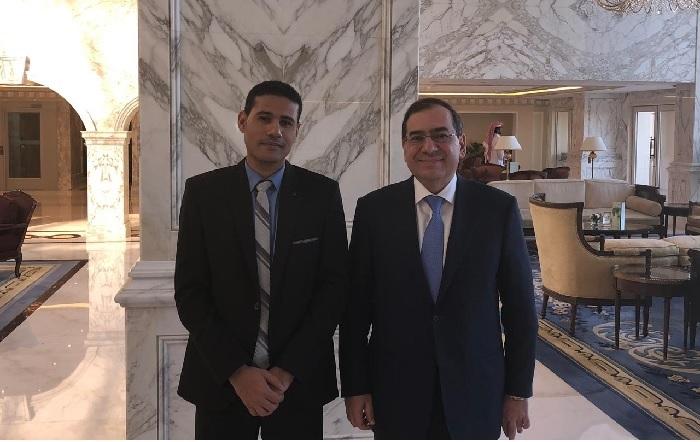 المهندس طارق الملا وزير البترول مع رأفت إبراهيم رئيس تحرير وكالة أنباء البترول