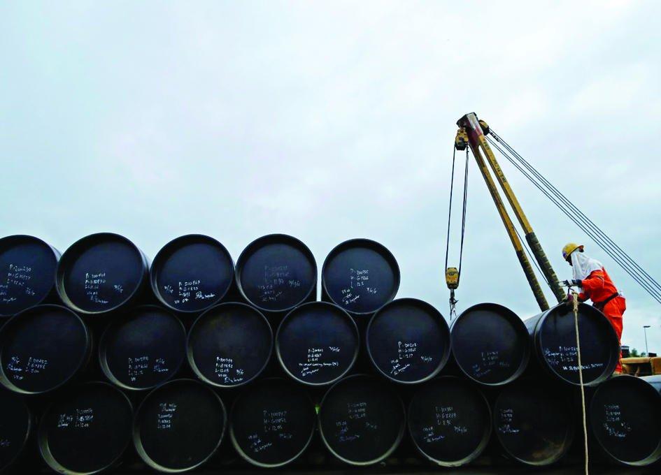 النفط يقفز 4 % متجاوزا 61 دولارا للبرميل