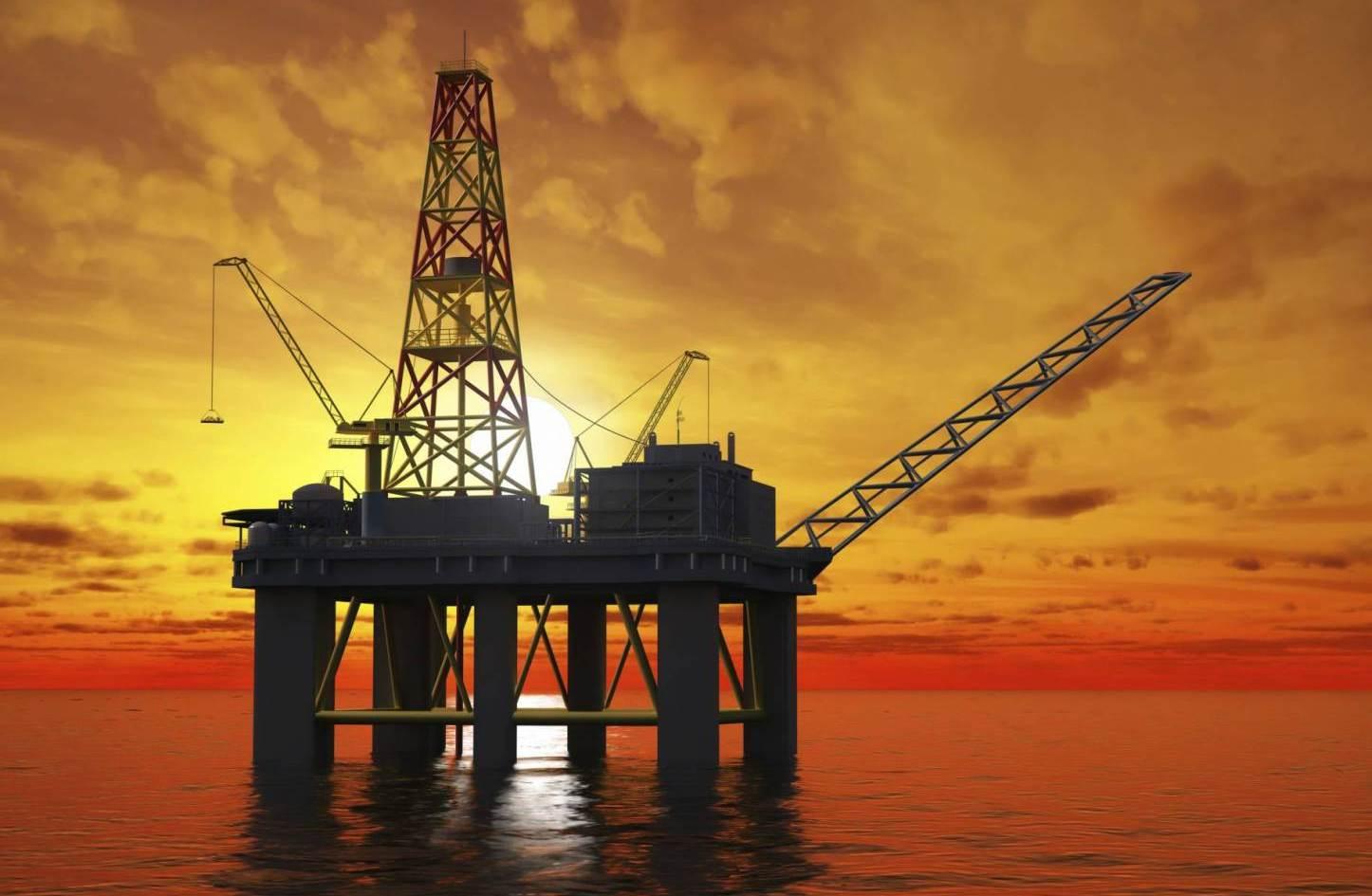 النفط يهبط 1 % بفعل المعروض الأمريكي وحذر بعد محادثات التجارة