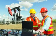 3 عوامل تدعم مكاسب النفط .. نقص المعروض وتحسن الطلب واحتواء الحرب التجارية