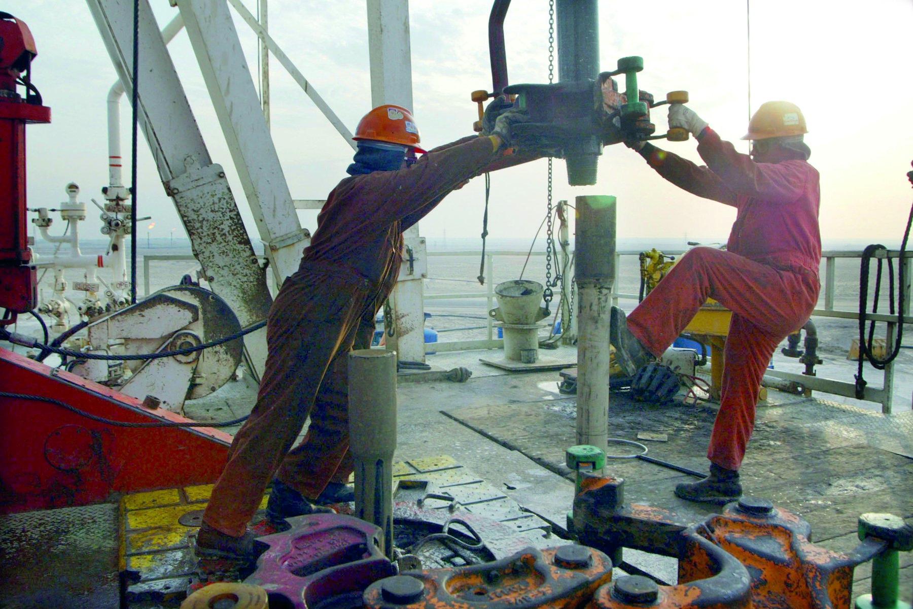 مخاوف الإمدادات تقود النفط لتحقيق مكاسب أسبوعية جديدة .. وبرنت قرب 73 دولارا