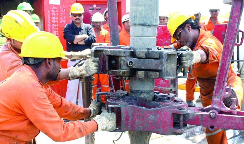 تراكم المخزونات والتوترات التجارية يكبحان مكاسب النفط -