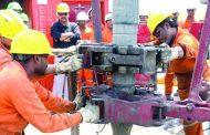 تراكم المخزونات والتوترات التجارية يكبحان مكاسب النفط