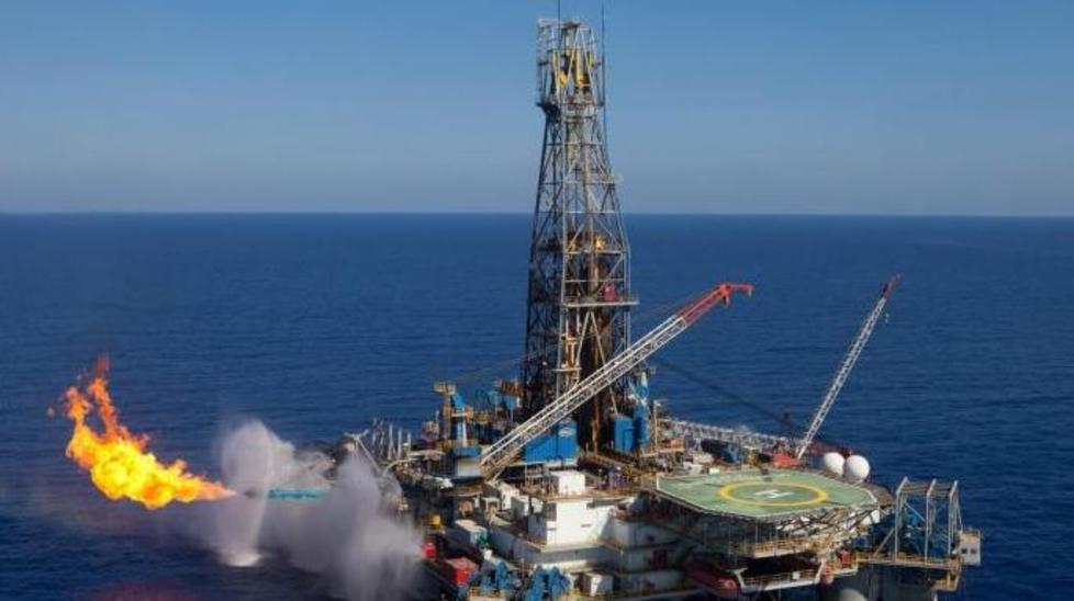 النفط ينخفض بفعل زيادة مفاجئة في المخزونات الأمريكية لكن التوتر بالشرق الأوسط يدعمه | كلام الأسواق