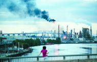 حريق في مصفاة أمريكية يقفز بأسعار النفط إلى أعلى مستوى منذ شهر