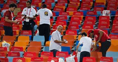 صور.. الجمهور يقوم بتنظيف المدرجات بعد الفوز على الكونغو