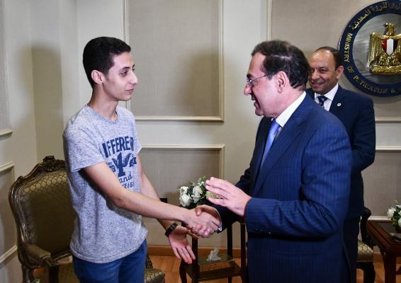 بالصور..وزير البترول يكرم الحاصل على المركز الأول بالثانوية العامة من أبناء العاملين بالقطاع -