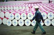 4 عوامل رئيسة تكبح تراجعات أسعار النفط .. أبرزها انخفاض المخزونات